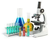 有烧瓶和小瓶的显微镜 化学实验室工具 免版税库存照片