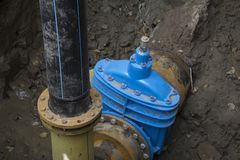 有热和压力传感器的管子在水管供应耳轮缘  库存照片