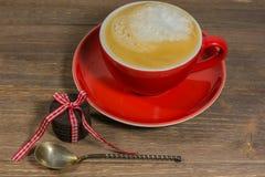 有热奶咖啡的红色杯子 免版税库存图片