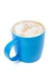 有热奶咖啡的蓝色杯子 免版税库存图片