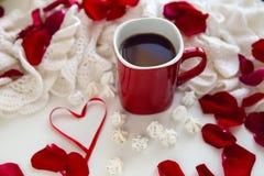 有热巧克力身分的红色杯子 免版税库存图片