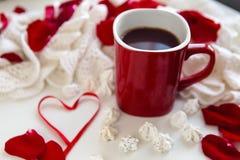 有热巧克力身分的红色杯子 免版税库存照片
