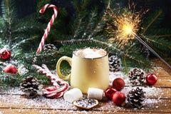 有热巧克力雪木桌的杯子 免版税库存图片