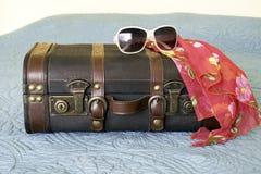 有热带围巾和太阳镜drap的皮革葡萄酒手提箱 免版税库存图片