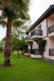 有热带庭院的德国样式房子 库存照片