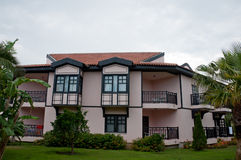 有热带庭院的德国样式房子 免版税库存照片