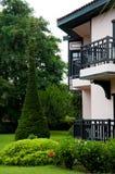 有热带庭院的德国样式房子 图库摄影