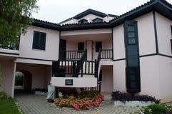 有热带庭院的德国样式房子 免版税库存图片