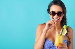 有热带鸡尾酒的妇女 免版税库存图片