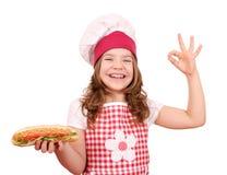 有热狗的小女孩厨师和好手签字 免版税库存图片