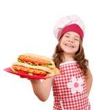 有热狗的小女孩厨师 库存图片