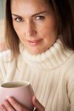 有热饮料的妇女 免版税库存照片
