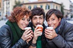 有热饮料的朋友 免版税库存照片