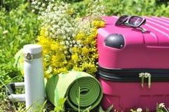 有热水瓶和瑜伽席子的手提箱 免版税图库摄影
