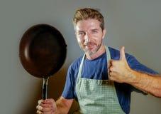 有烹调的平底锅愉快的可爱的家庭厨师人微笑的满意的和骄傲的给的赞许国内厨师和lifest的家庭妇男 库存图片