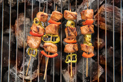 有烹调的BBQ 鸡肉和胡椒煤炭格栅  库存照片