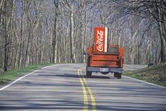 有焦炭机器的一辆老红色卡车在床上在弗吉尼亚 免版税图库摄影