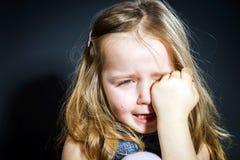 有焦点的哭泣的白肤金发的小女孩在她泪花 库存照片