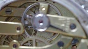 有焦点的连续机械手表在背景的钢鸟翼末端 股票录像
