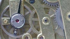 有焦点的连续黄铜机械手表在前景的红宝石石头 股票视频