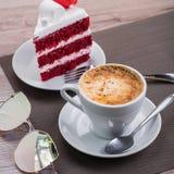 有焦糖的泡沫的咖啡杯 免版税库存照片