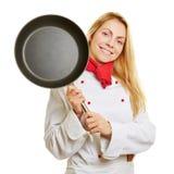 有煎锅的微笑的厨师厨师 免版税库存图片