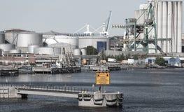 有煤气罐的工业疆土在海岸 库存照片