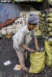 有煤炭的妇女 免版税图库摄影