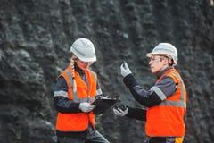 有煤炭的工作者在露天开采矿 图库摄影
