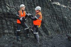 有煤炭的工作者在露天开采矿 免版税库存照片