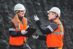 有煤炭的工作者在露天开采矿 库存照片