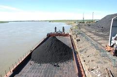 有煤炭的驳船在内河港Kolyma 库存图片