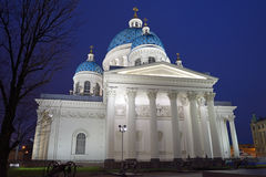 有照明的三位一体大教堂在晚上 库存照片