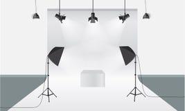 有照明设备和背景传染媒介的摄影演播室 显示大模型 免版税图库摄影