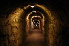有照明设备灯的长的黑暗的走廊 免版税库存图片