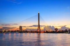 有照明设备的大吊桥在夜间 免版税库存图片