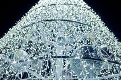 有照明设备的小的闪亮指示在白色圣诞节结构树 免版税库存照片