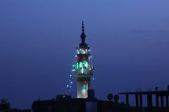 有照明设备的清真寺尖塔在赖买丹月在开罗在埃及 库存照片