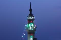 有照明设备的清真寺尖塔在赖买丹月在开罗在埃及 库存图片
