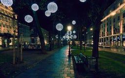 有照明设备的美妙地装饰的道路在一个小公园在街市慕尼黑 免版税库存图片