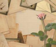 有照片和桃红色玫瑰的老葡萄酒档案 免版税图库摄影