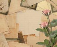 有照片和桃红色玫瑰的老葡萄酒档案 库存图片