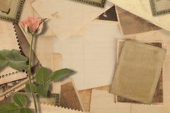 有照片和桃红色玫瑰的老葡萄酒档案 免版税库存照片