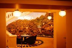 有照片墙纸的舒适被点燃的大厅 免版税库存照片