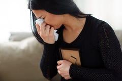 有照片框架的哭泣的妇女葬礼天 免版税库存照片