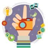 有照片照相机的人的手 免版税库存照片