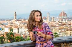 有照片照相机的妇女在佛罗伦萨,意大利 库存图片