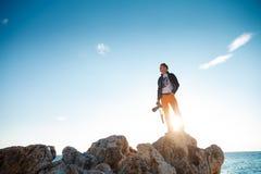 有照片照相机的男性远足者在日出 图库摄影