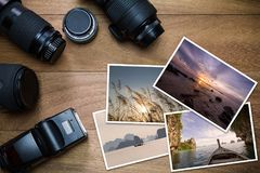 有照片的照相机辅助部件在葡萄酒木背景 免版税图库摄影