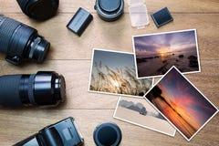 有照片的照相机辅助部件在葡萄酒木背景 免版税库存照片